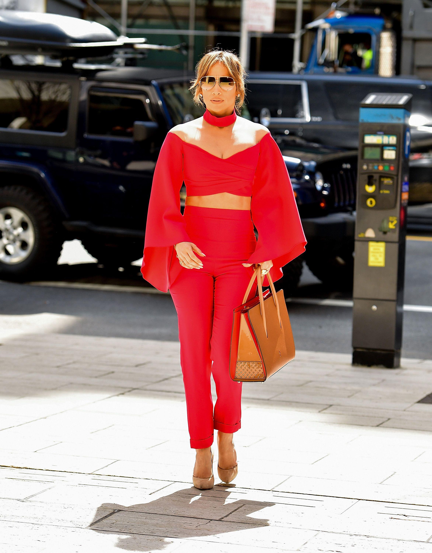 Mặc đẹp cho dáng người quả lê như Jennifer Lopez với áo trễ vai đỏ