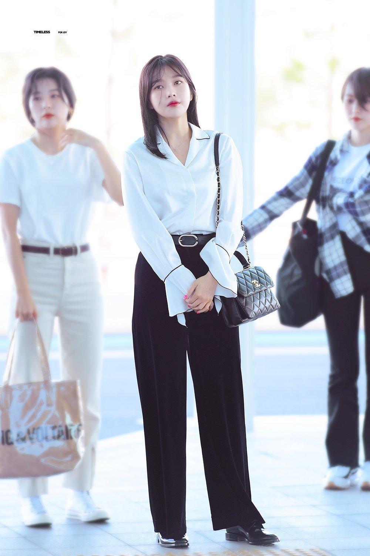 Mặc đẹp cho dáng người quả lê như Joy với quần đen và áo sơ mi trắng