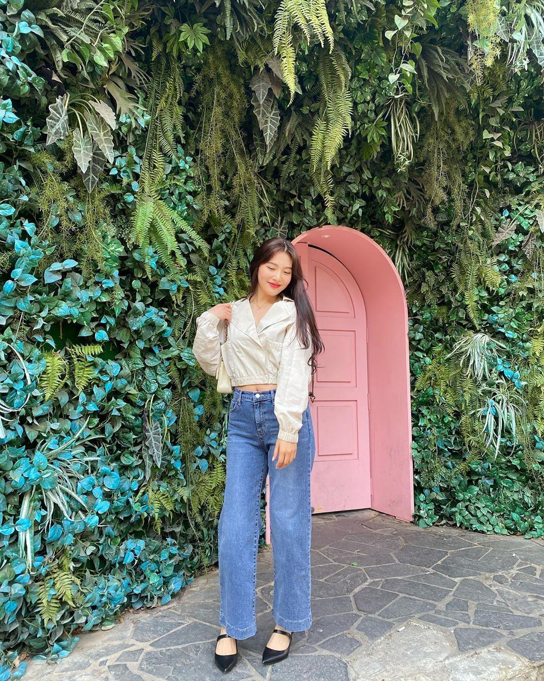 Mặc đẹp cho dáng người quả lê như Joy với quần jeans ống rộng