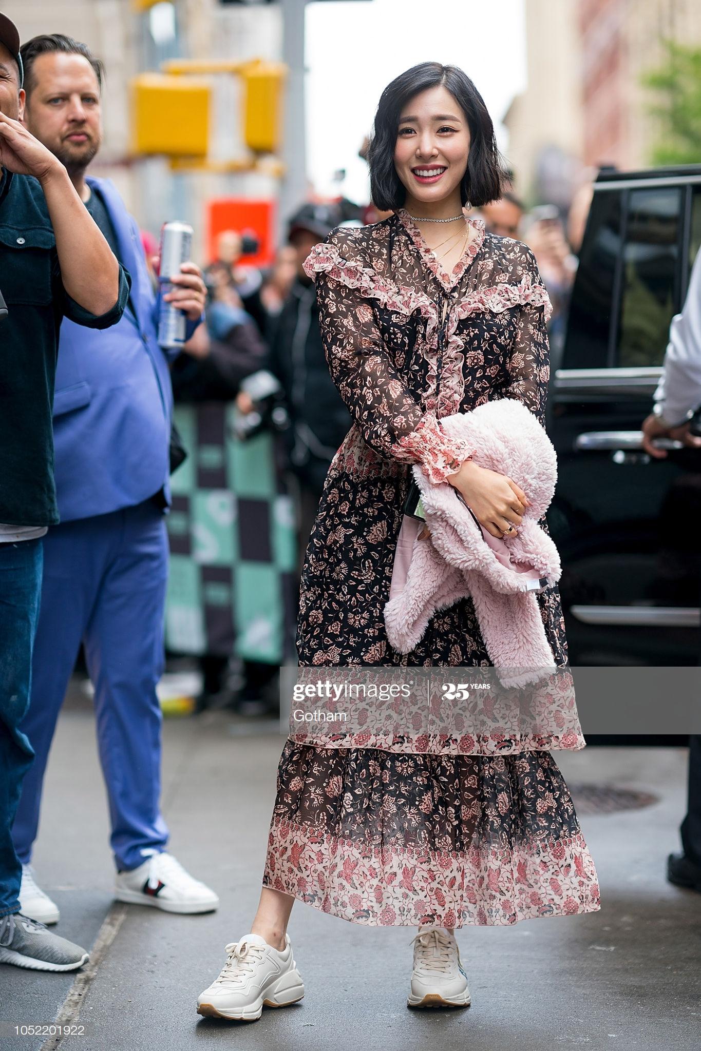Mặc đẹp cho dáng người quả lê như Tiffany với đầm voan dài in hoa