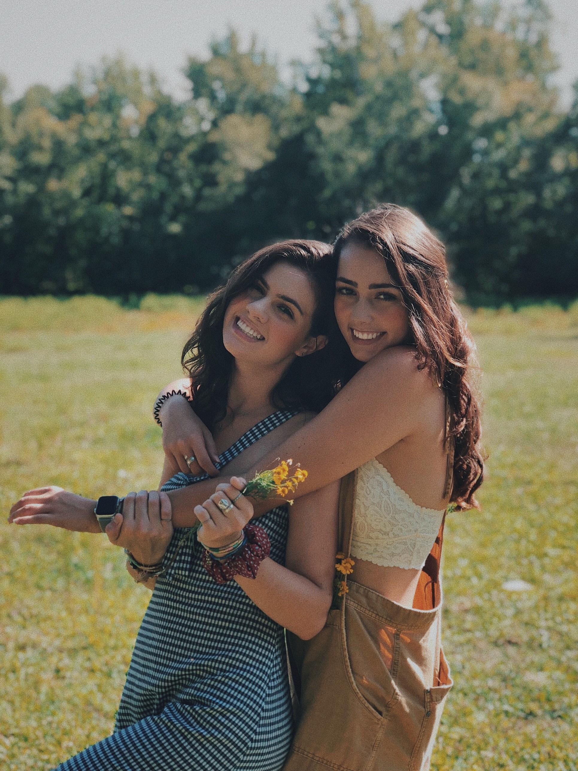 hai cô gái ôm nhau tuoi cười