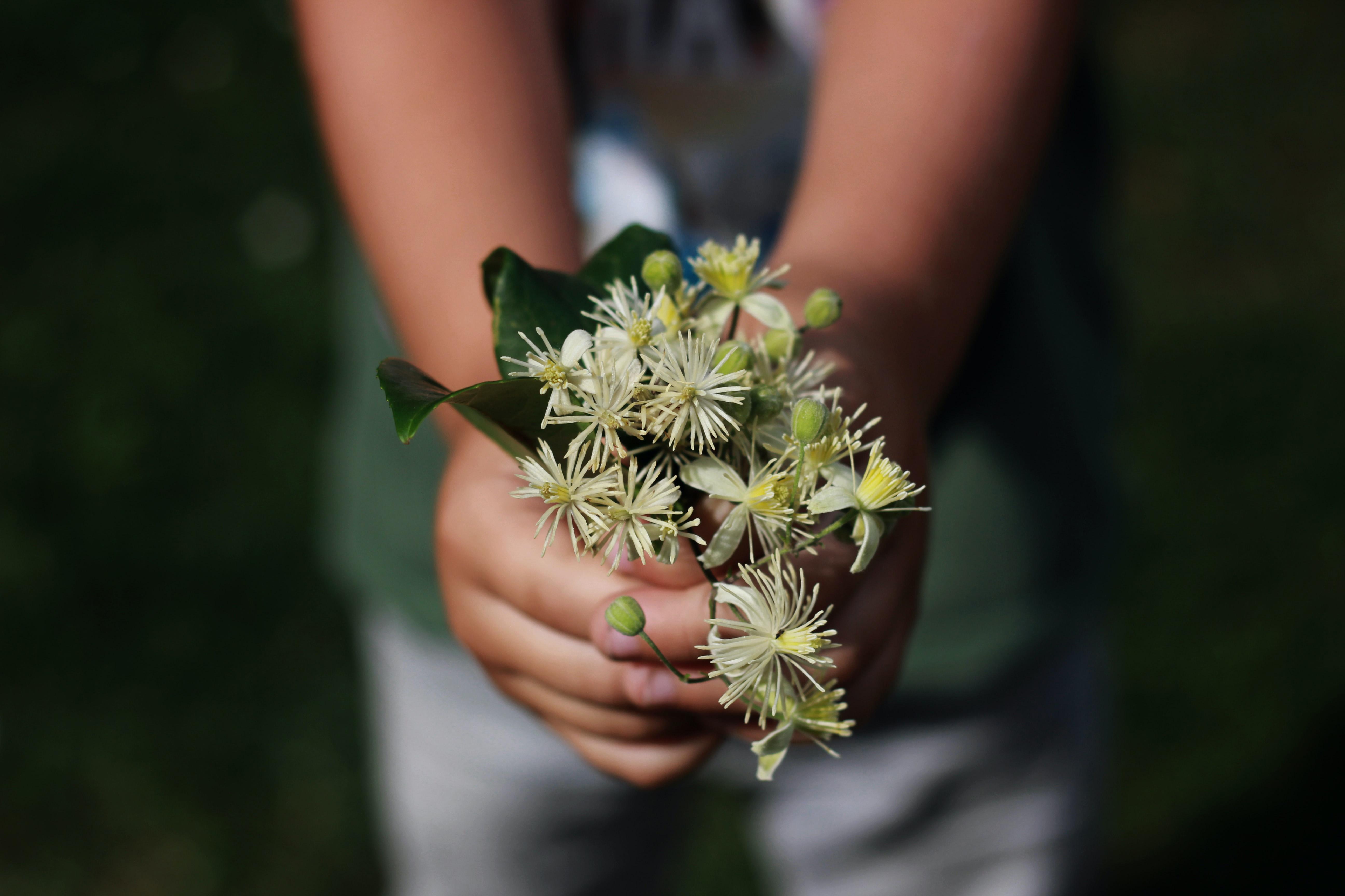 hạnh phúc cô gái cầm chùm hoa