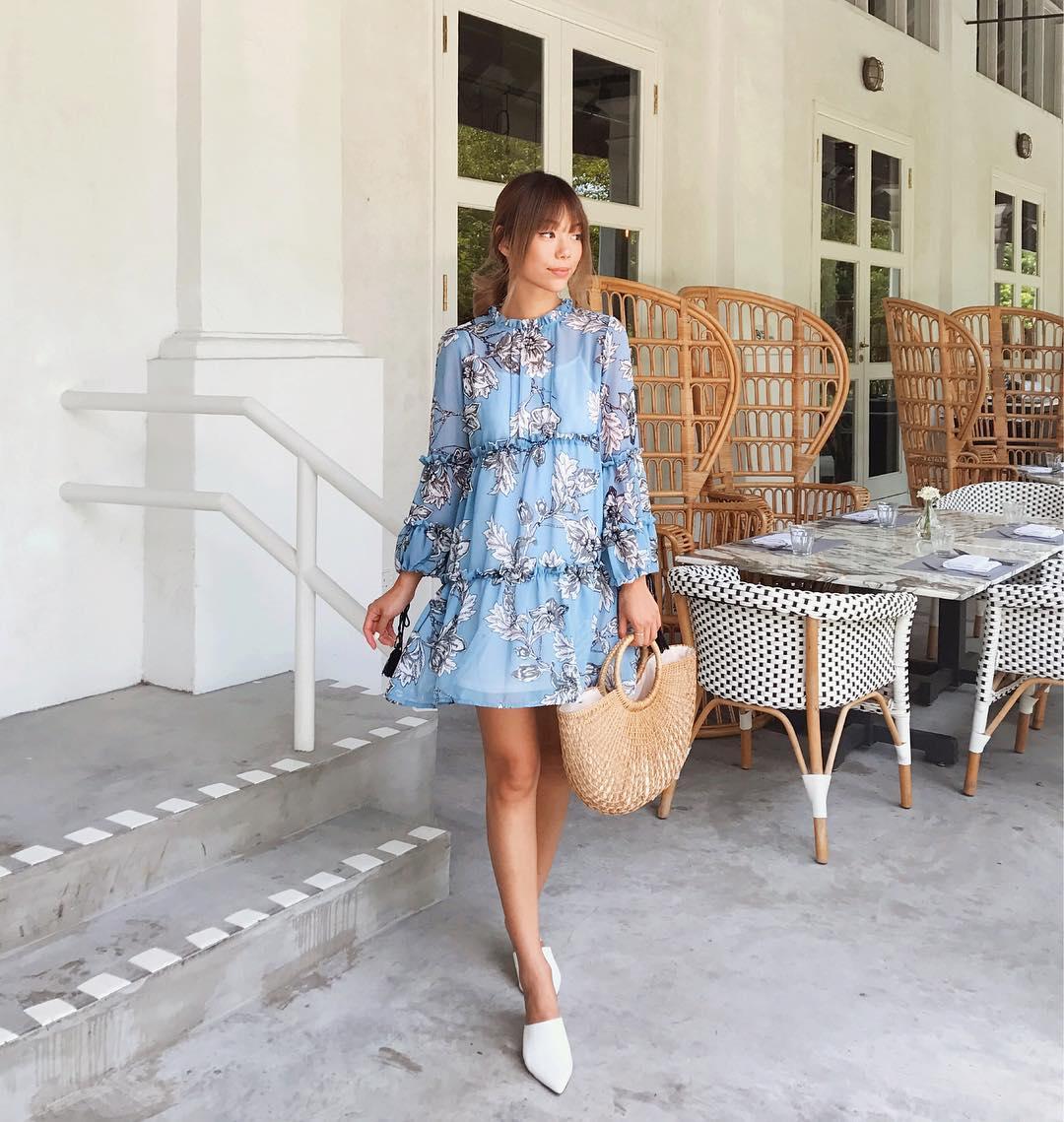 Thời trang cung hoàng đạo Cự Giải tháng 5 - Đầm voan in hoa màu xanh da trời