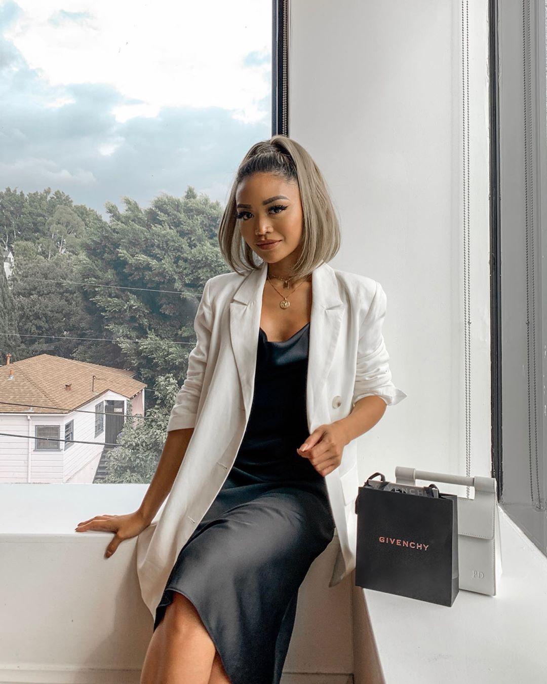 Thời trang cung hoàng đạo Kim Ngưu tháng 5 - Đầm lụa đen và blazer trắng