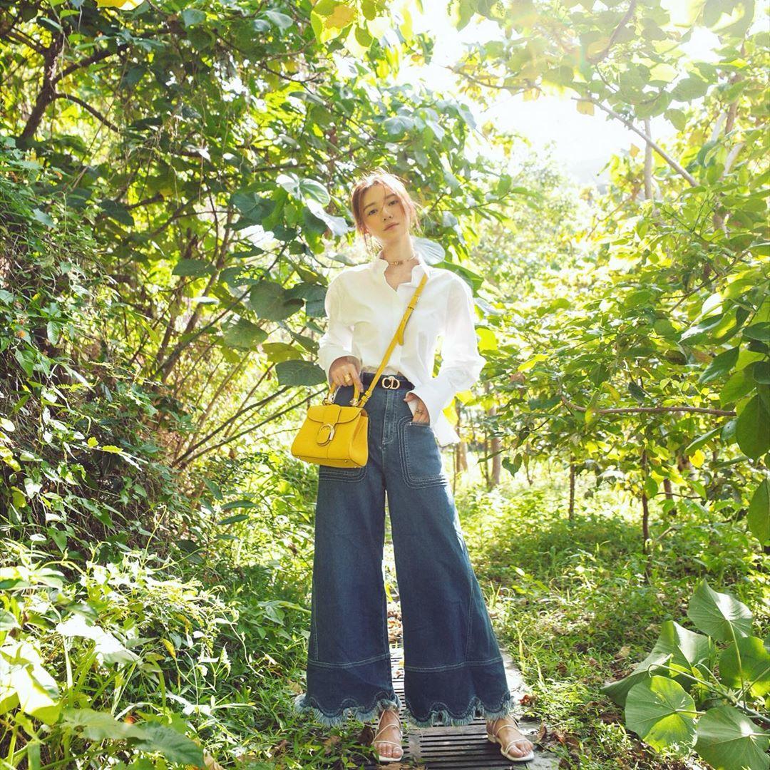 Thời trang cung hoàng đạo Ma Kết tháng 5 - sơ mi trắng và jeans ống rộng