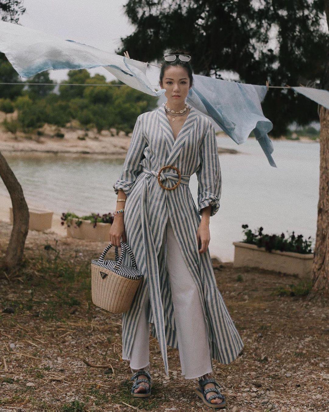 hời trang cung hoàng đạo Ma Kết tháng 5 - đầm sơ mi sọc và quần suông trắng