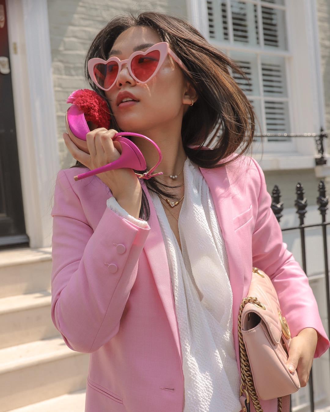 Thời trang cung hoàng đạo nhân mã tháng 5 - Blazer hồng và mắt kính trái tim