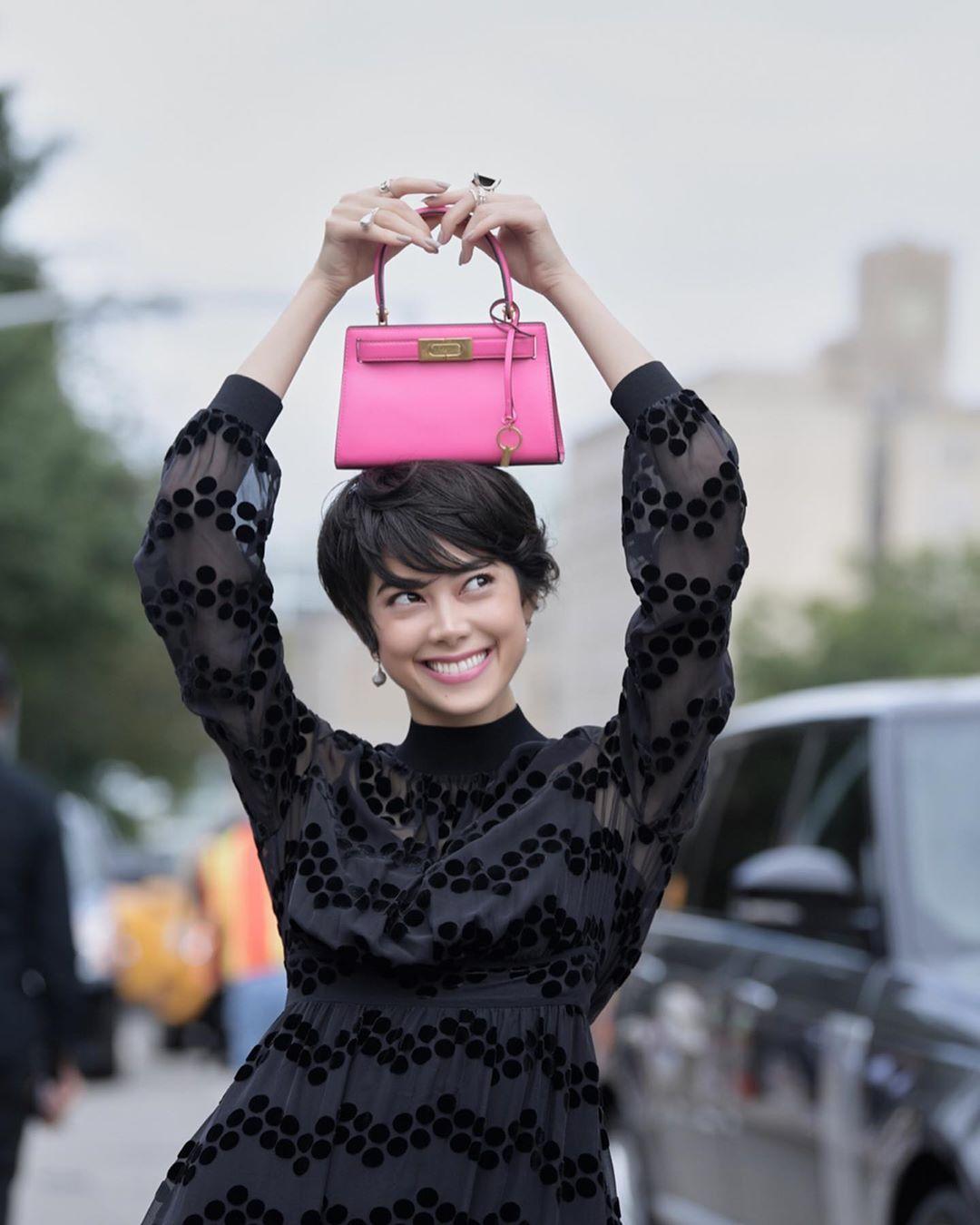 Thời trang cung hoàng đạo Song Ngư tháng 5 - đầm đen túi xách hồng