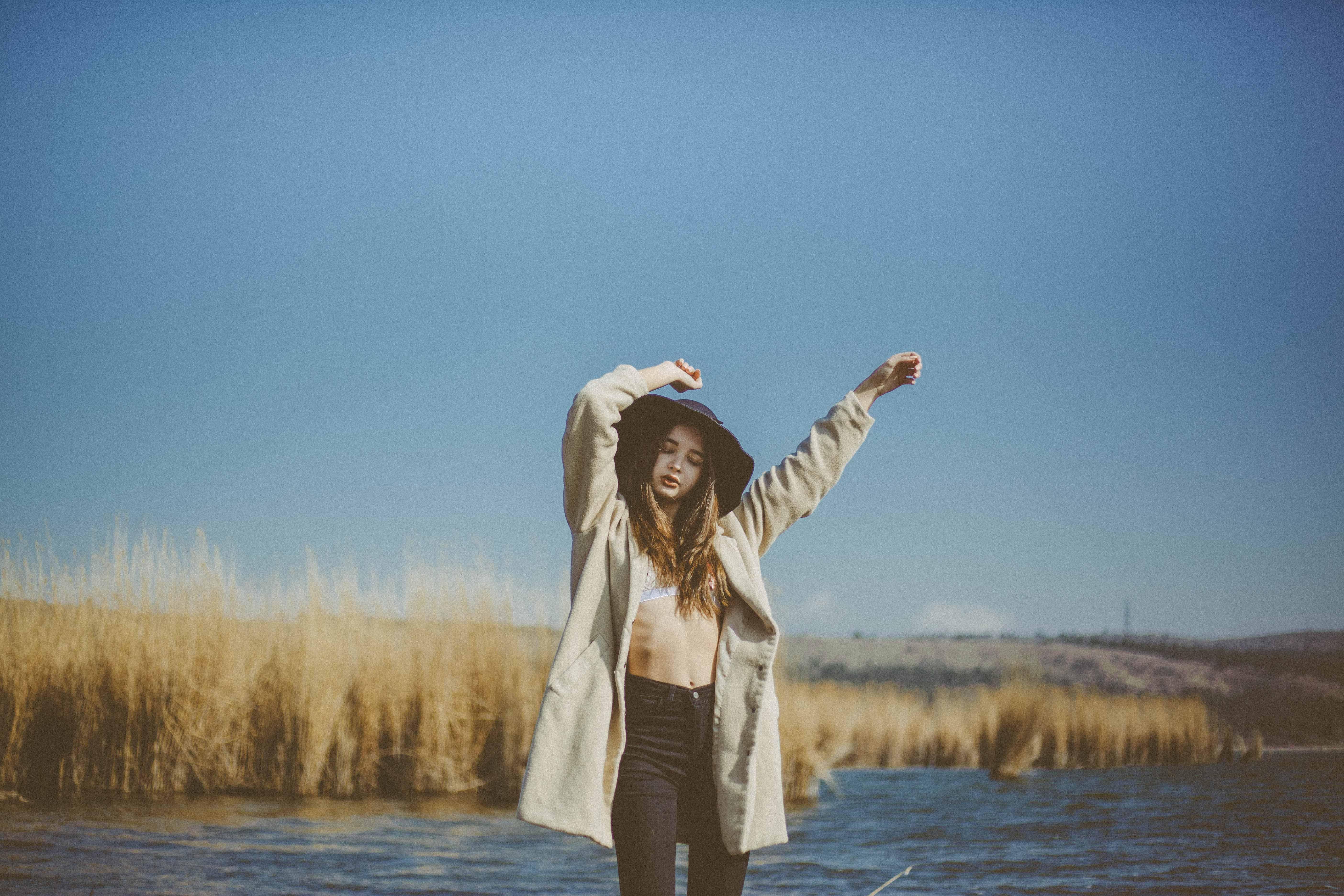 cô gái bên hồ nước