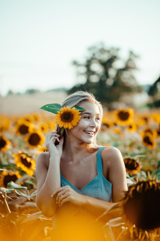 cô gái cài hoa hướng dương