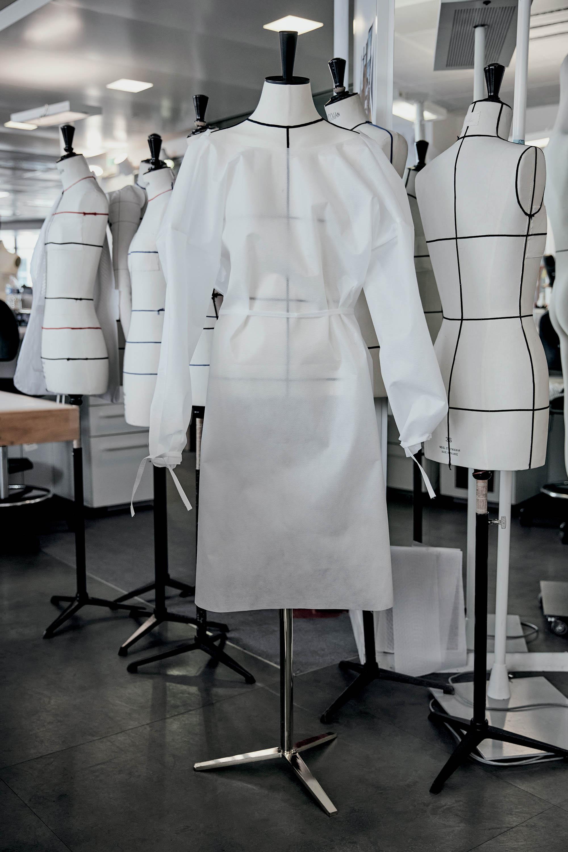 Tình hình ngành thời trang - Xưởng may Ready to Wear của Louis Vuitton