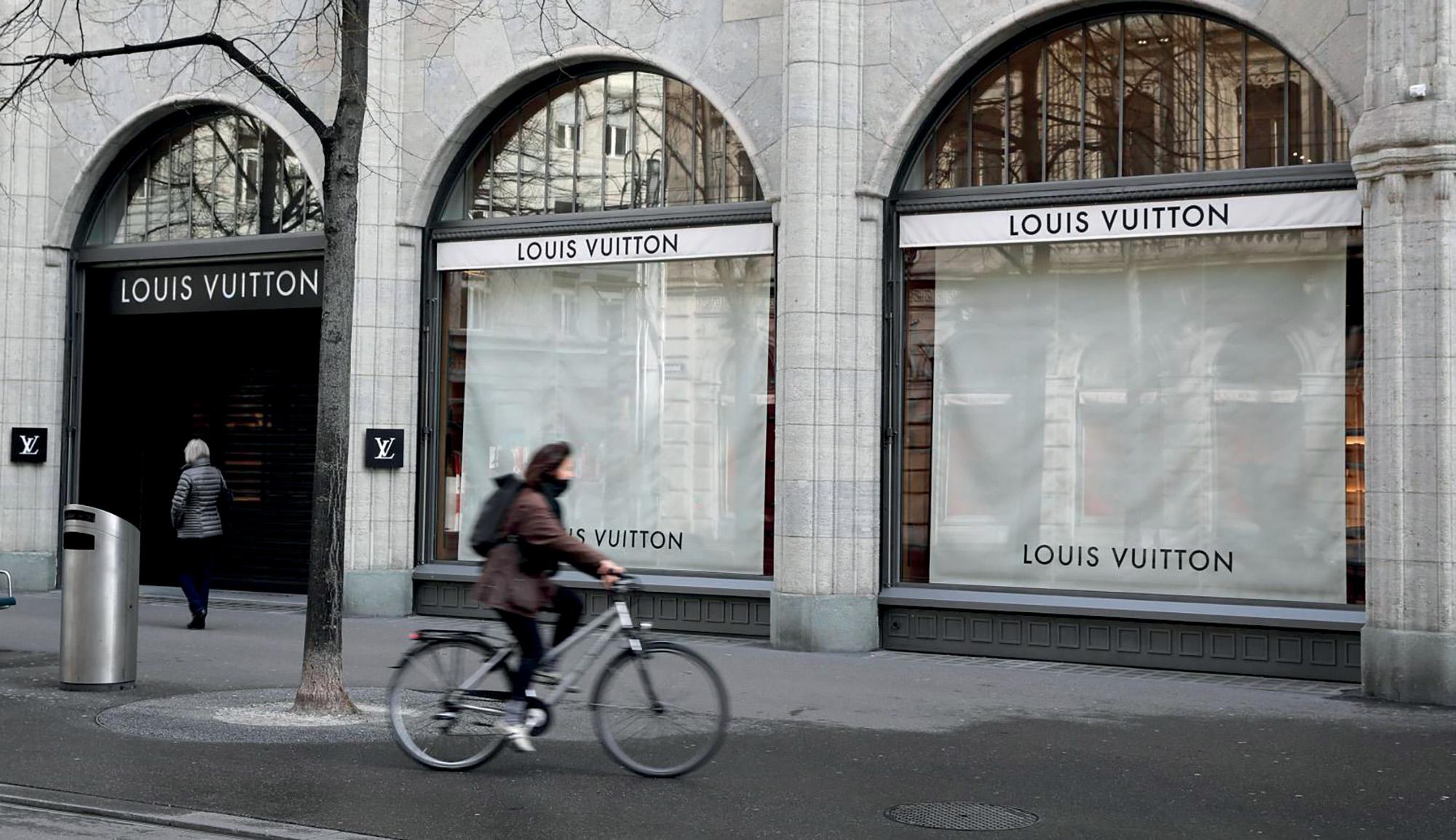 Tình hình ngành thời trang - Cửa hàng Louis Vuitton
