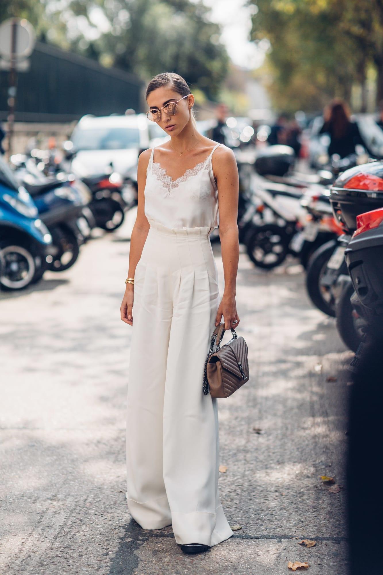 Quần tây nữ và áo camisole màu trắng