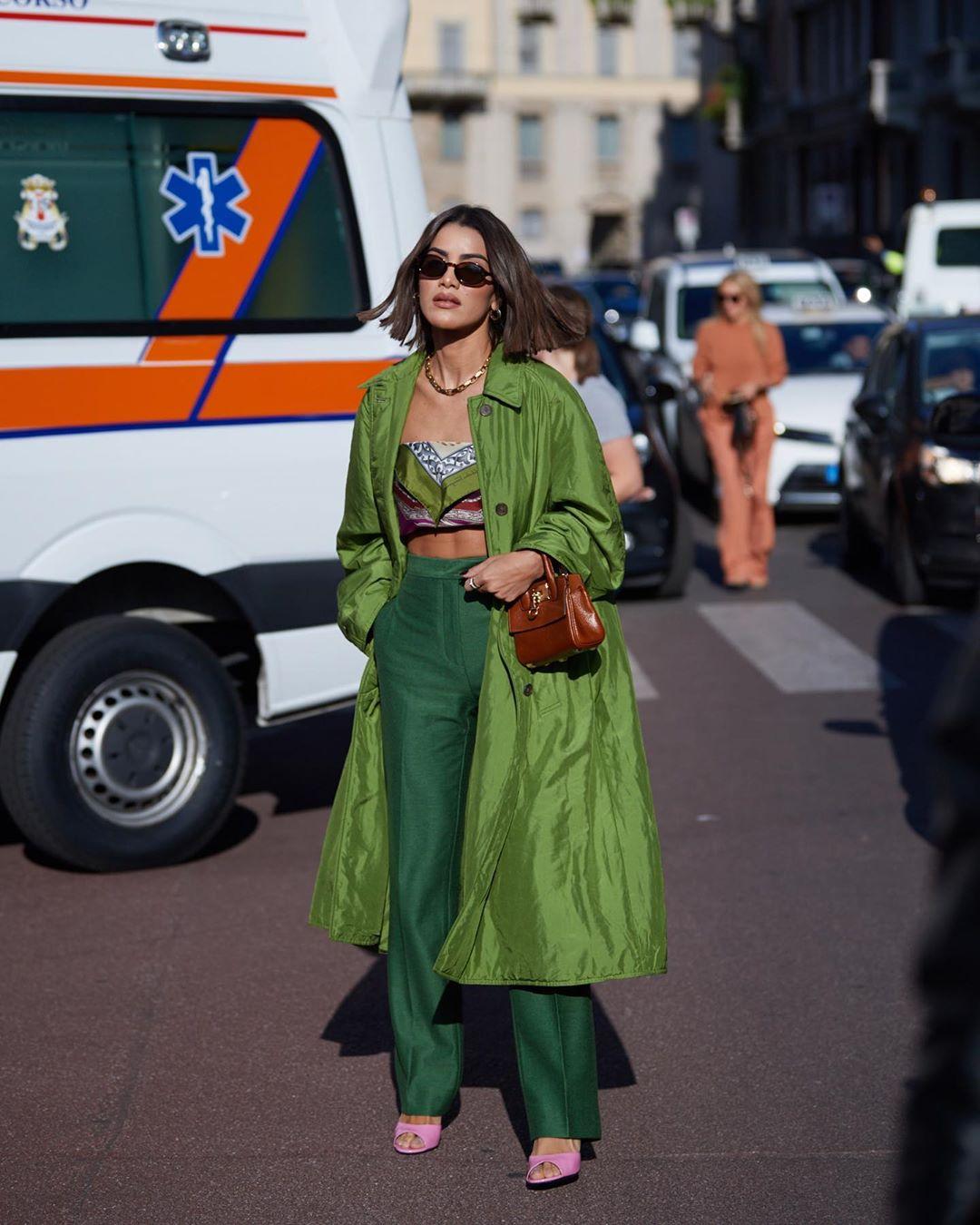 Quần tây nữ màu xanh lá cây và áo quây lụa