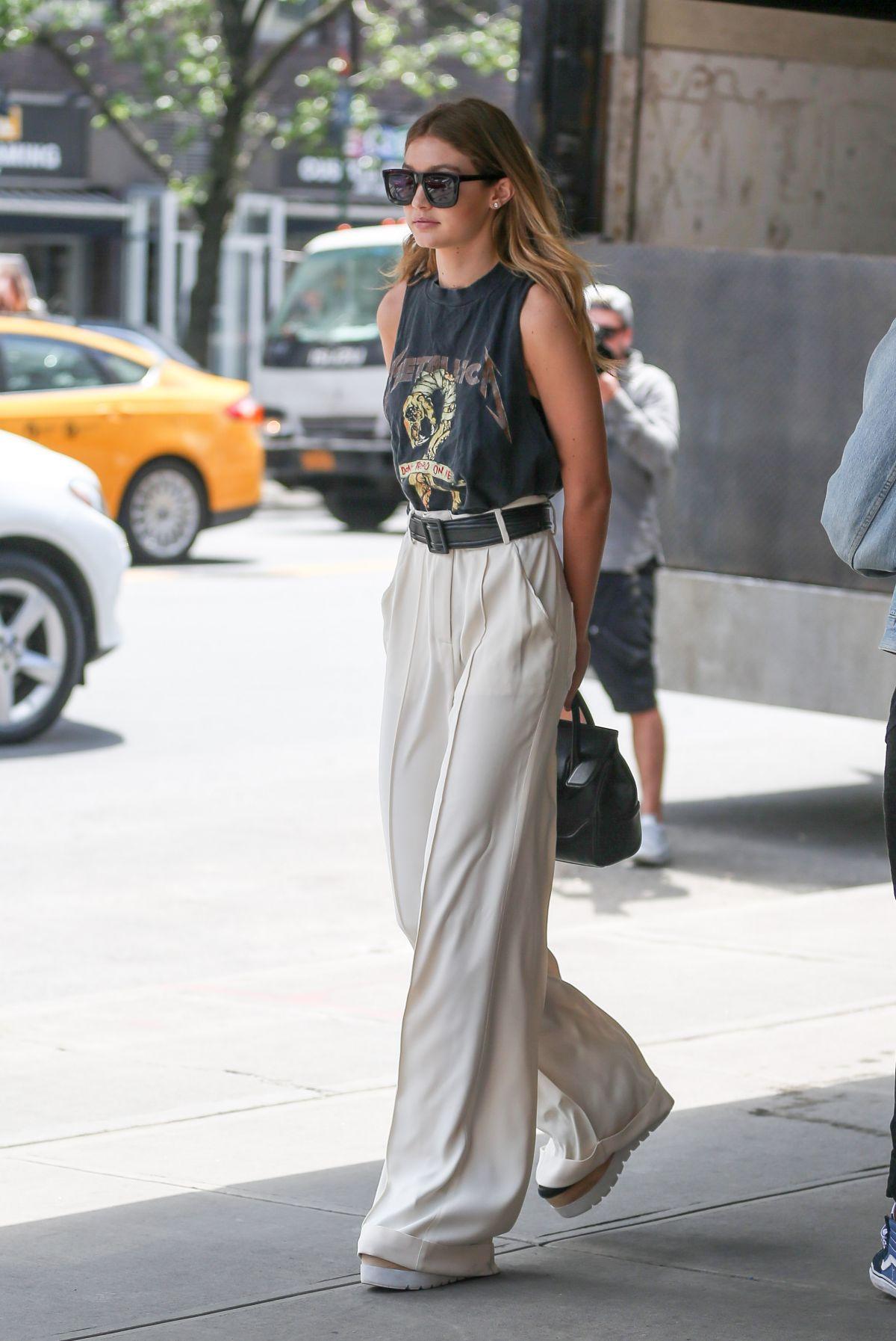 Gigi Hadid mặc quần tây nữ và áo tanktop đen