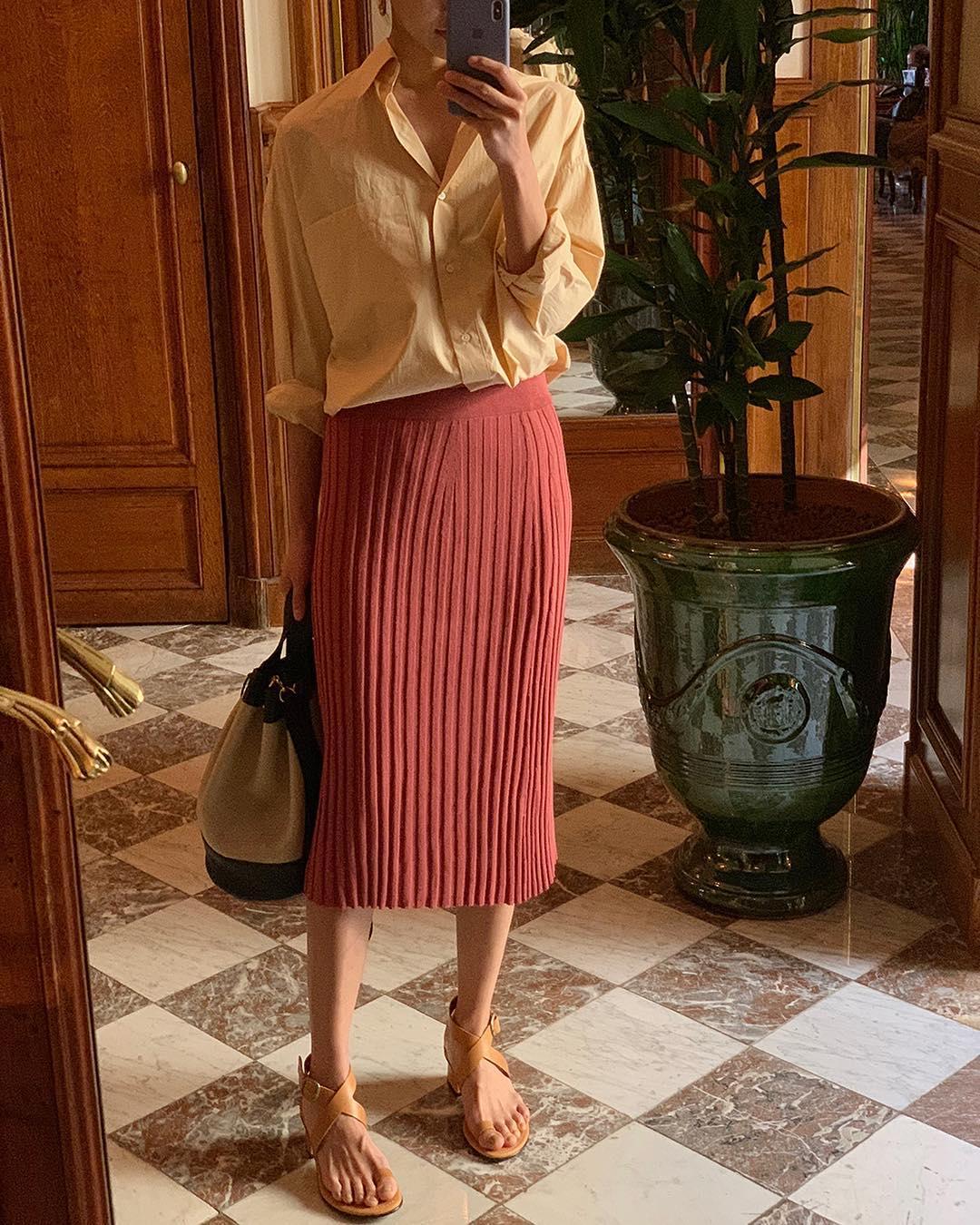 Chân váy suông màu cam đất phối cùng áo sơ mi be