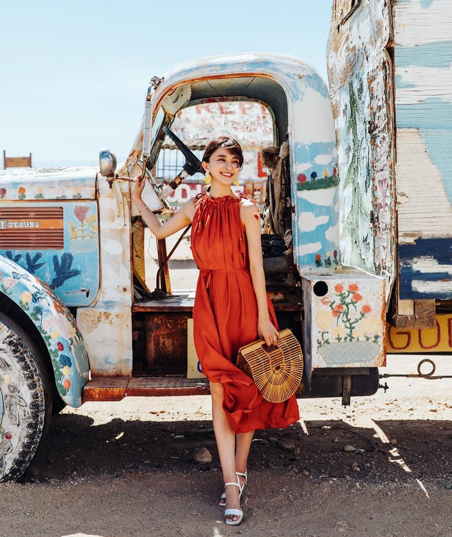 Đầm cổ yếm bằng lụa màu cam đất mặc đi biển
