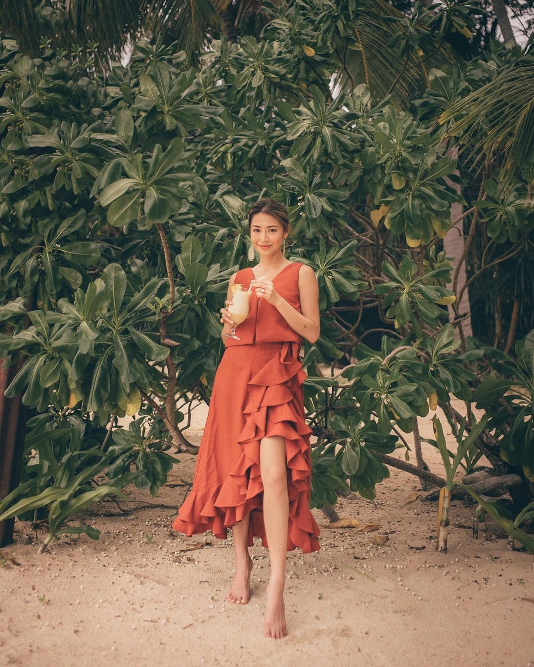 Đầm màu cam đất nhún bèo mặc đi biển