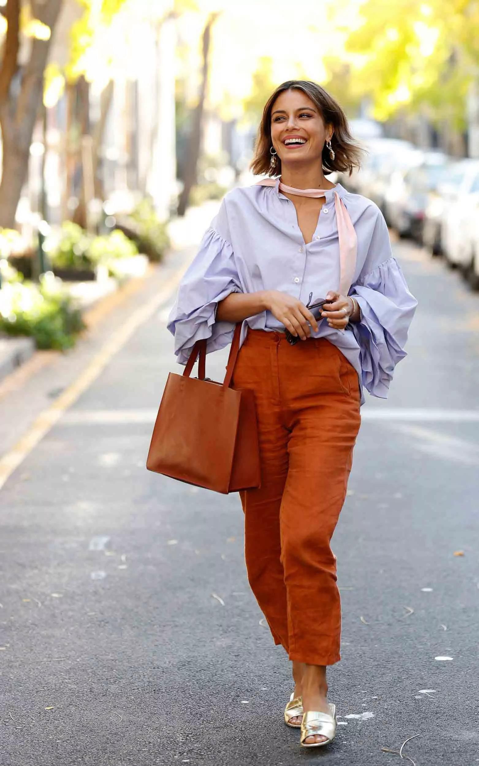 Quần vải linen màu cam đất phối cùng áo sơ mi xanh