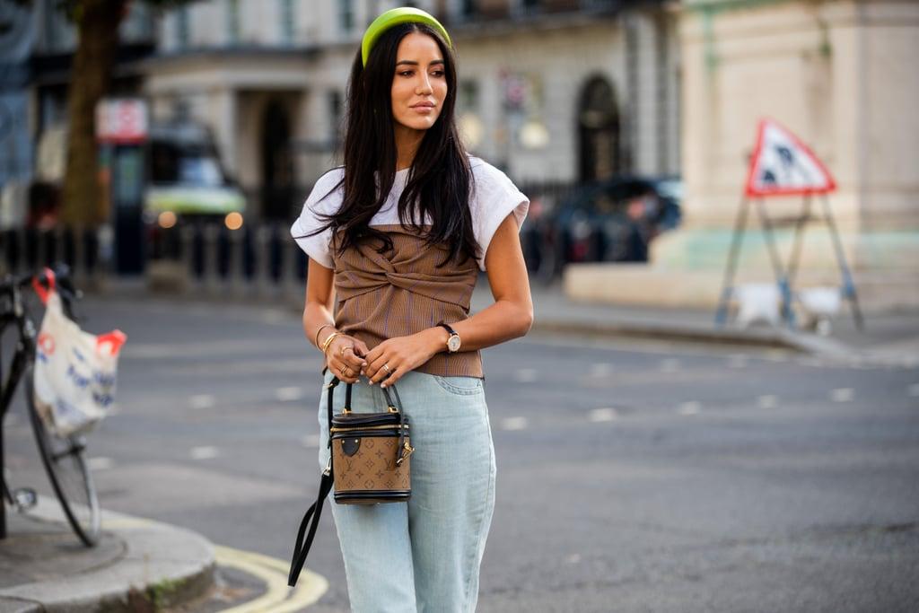 fashionista mặc áo ống bên ngoài áo thun trắng