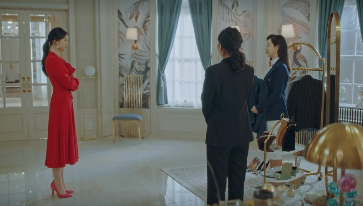 Mặc đẹp như Jung Eun Chae trong Quân Vương Bất Diệt với đầm đỏ và giày cao gót đỏ