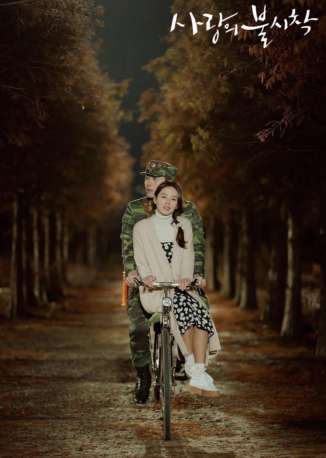 Mặc đẹp như Son Ye Jin trong Crash Landing On You với đầm hai dây hoa cúc