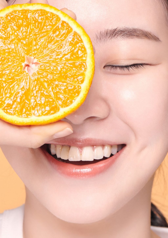 innisfree-Cô gái cầm quả cam.