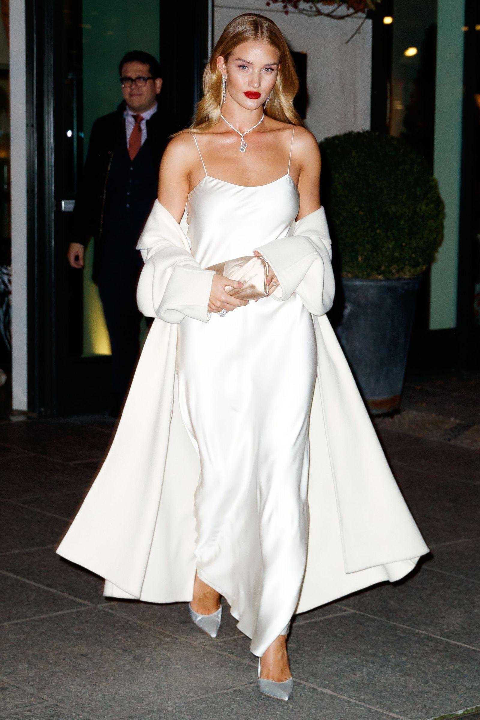 đầm slip dress lộng lẫy cho bữa tiệc tối Rosie Huntington-Whiteley
