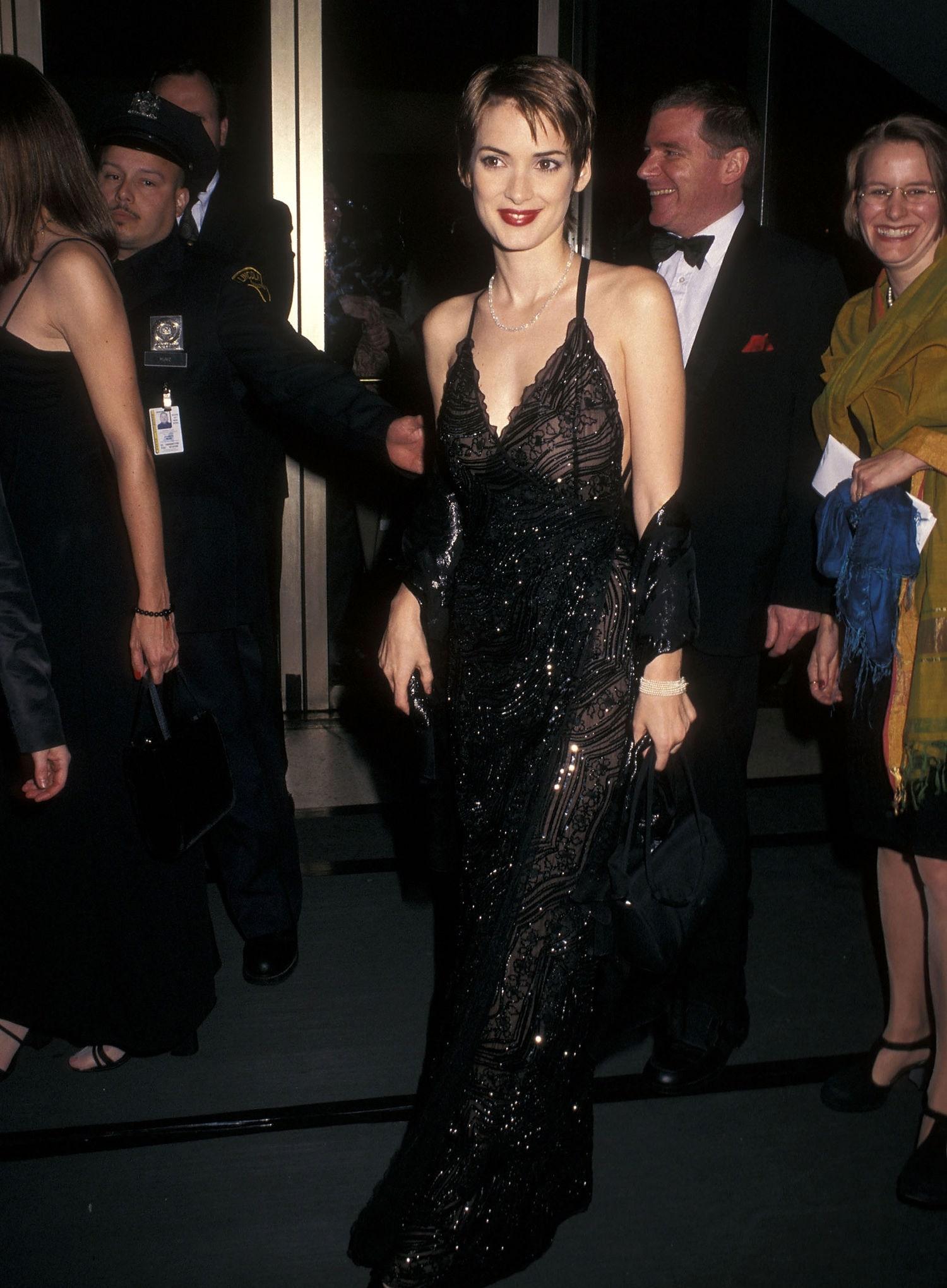 slip dress từ thập niên 90 winona ryder