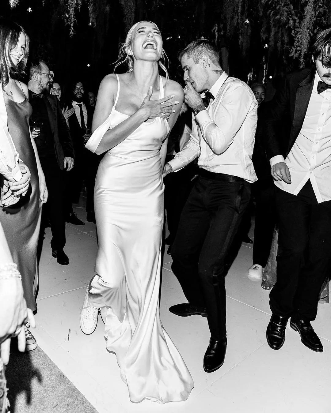 Hailey Bieber mặc đầm cưới của Vera Wang