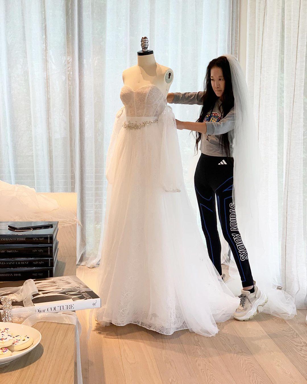 NTK Vera Wang chỉnh sửa áo cưới tại nhà