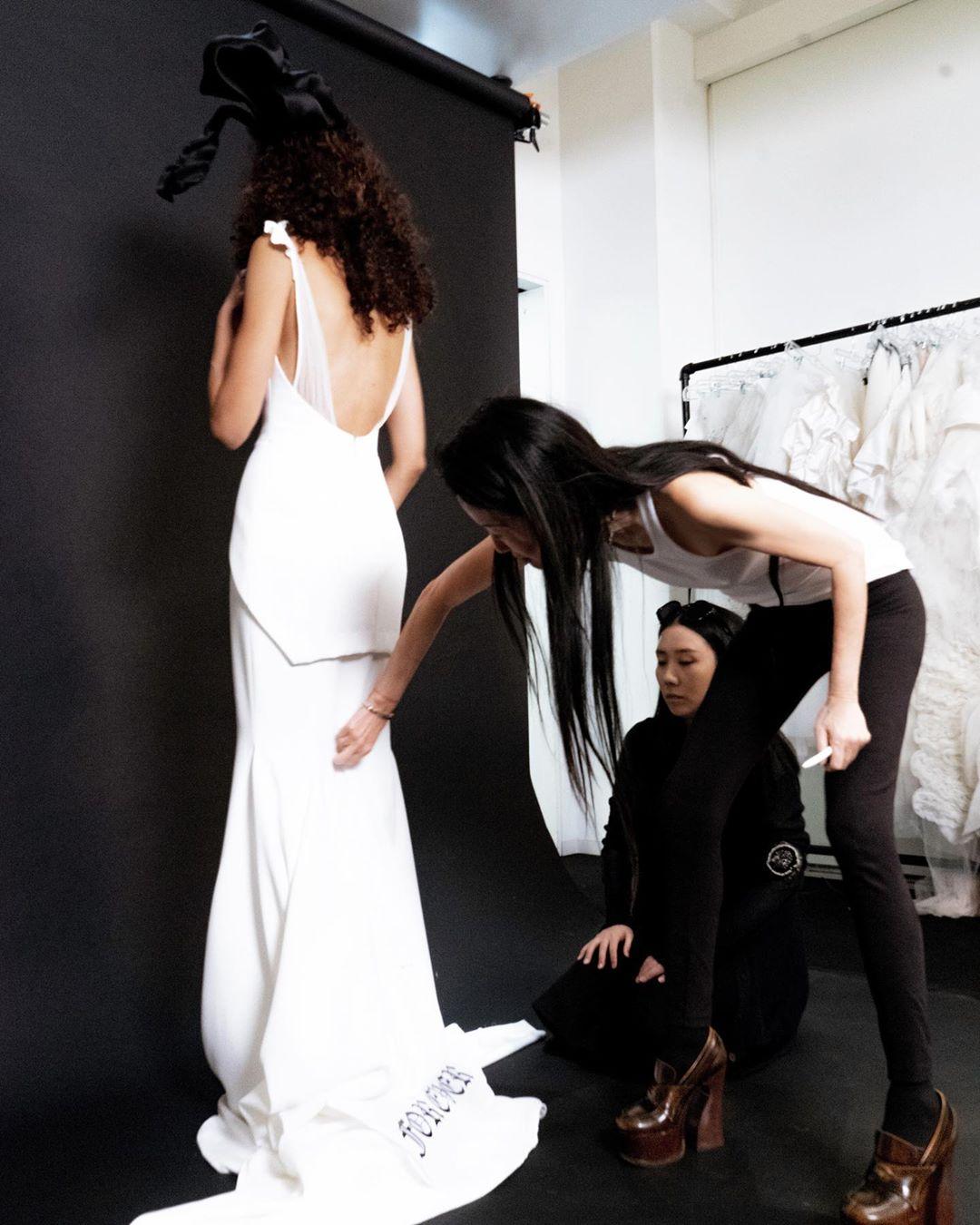 NTK Vera Wang chỉnh váy cho người mẫu lúc chụp hình