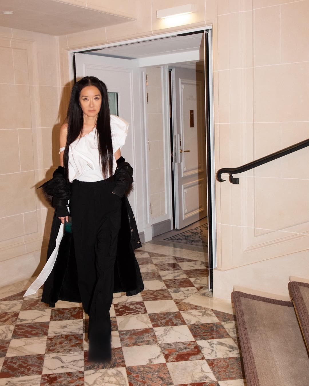 NTK Vera Wang mặc trang phục trắng đen