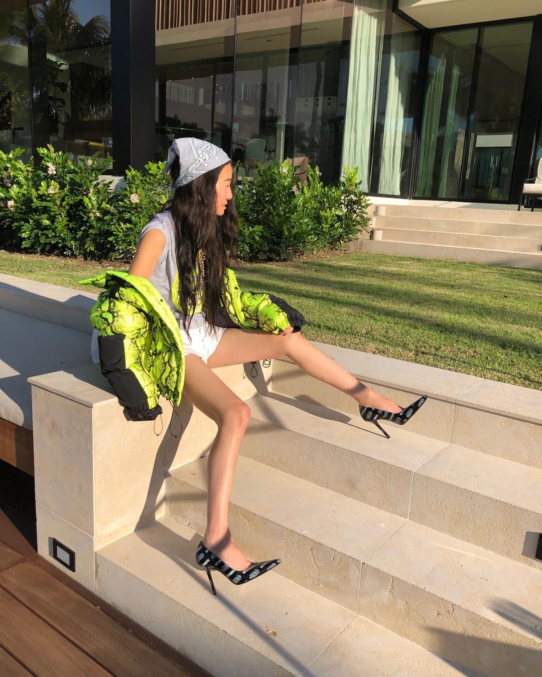 NTK Vera Wang mặc áo khoác thể thao màu neon trẻ trung