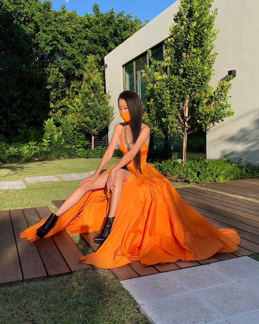 NTK Vera Wang mặc đầm dài màu cam