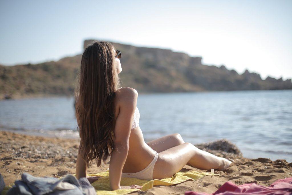 Xu hướng làn da - cô gái tắm nắng
