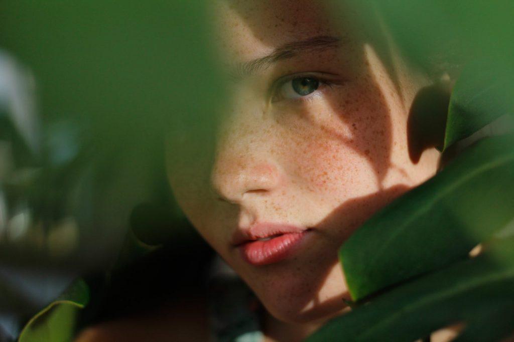 Peel da-Cô gái sau tán cây.