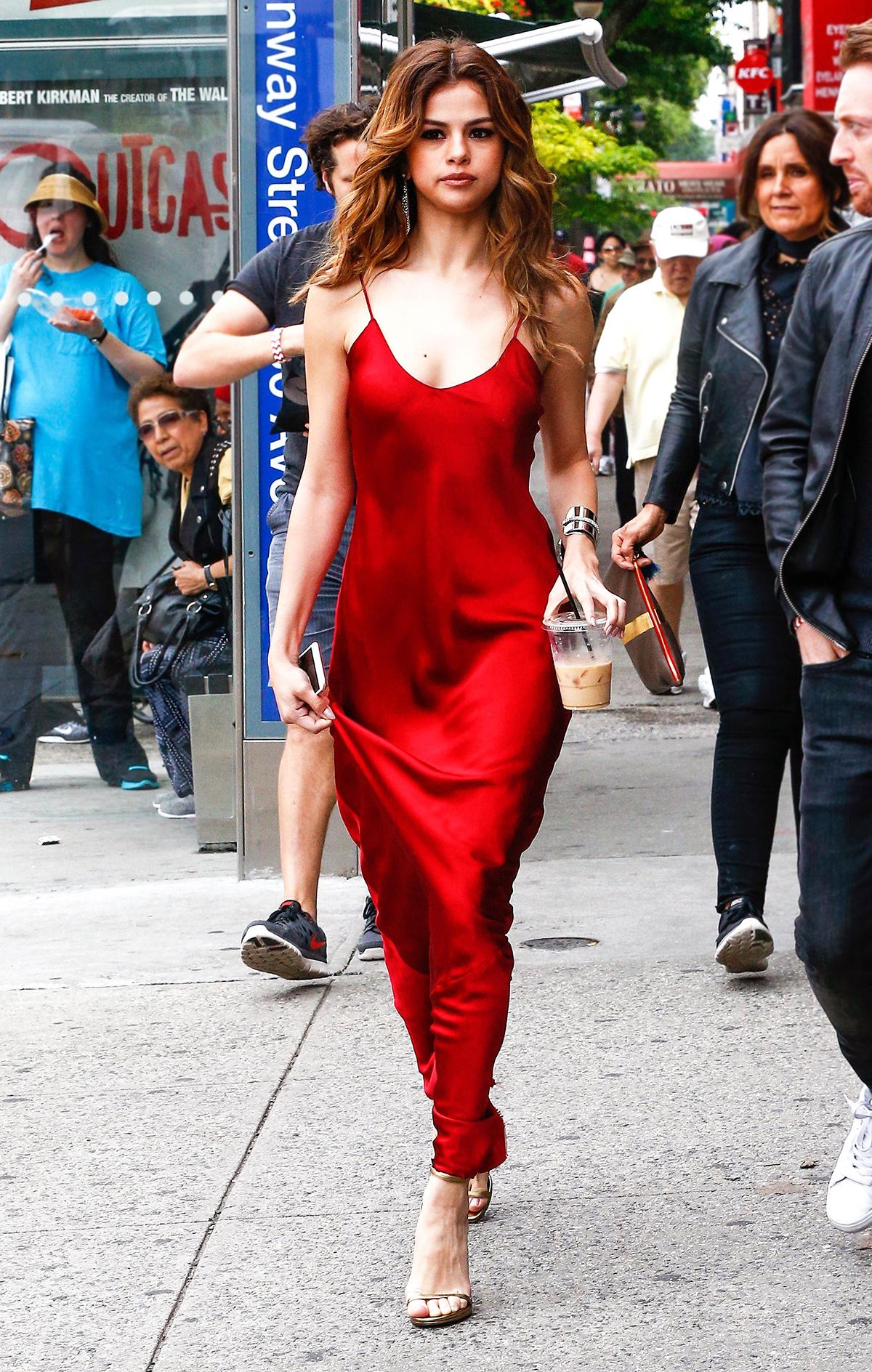 slip dress màu đỏ sang trọng selena gomez