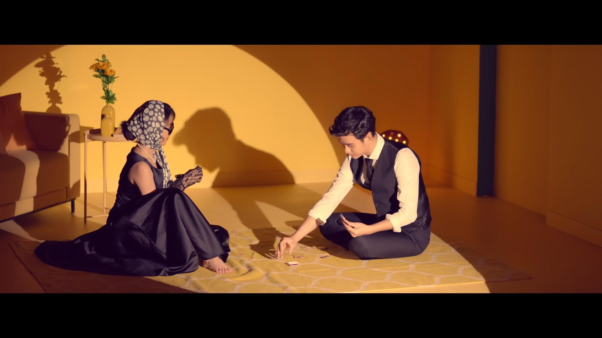 ca sĩ IU mặc đầm lụa đen trong MV ending scene