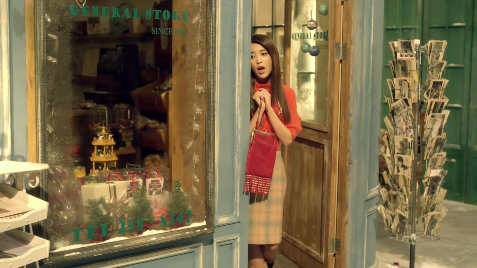 IU mặc áo len đỏ, chân váy kẻ ô trong MV Good Day