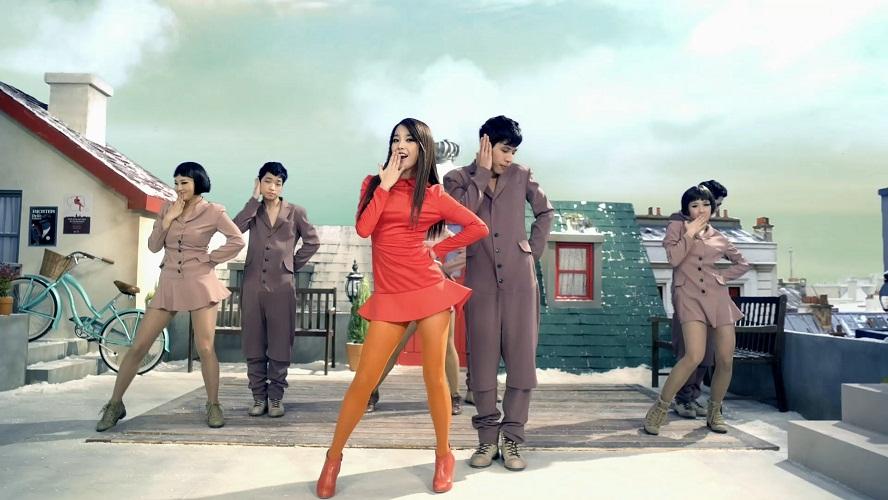Ca sĩ IU mặc đầm đỏ, đeo tất cam trong MV Good Day