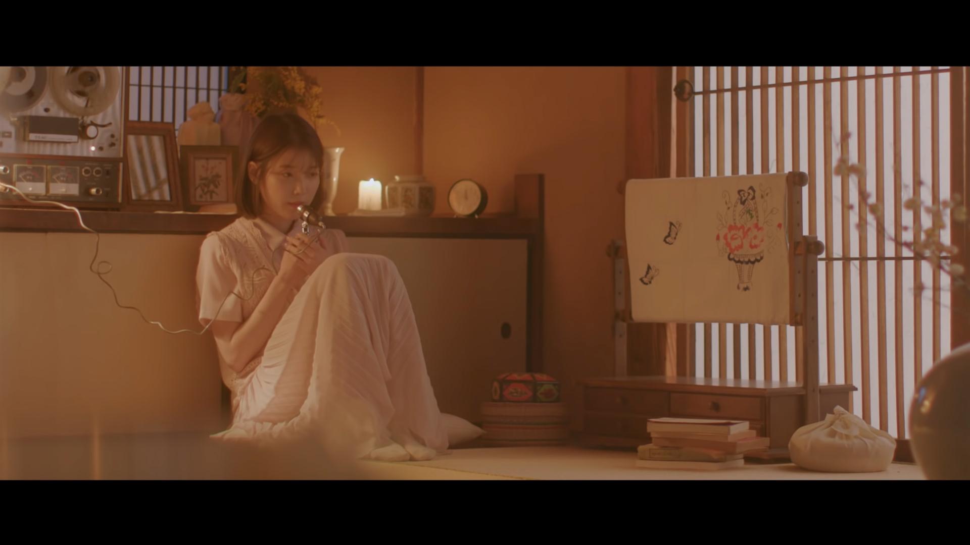 Ca sĩ IU mặc đầm voan trắng trong MV Through the night