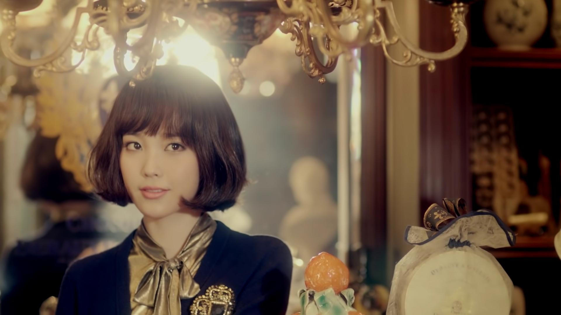 IU mặc áo buộc nơ cổ điển trong MV You & I