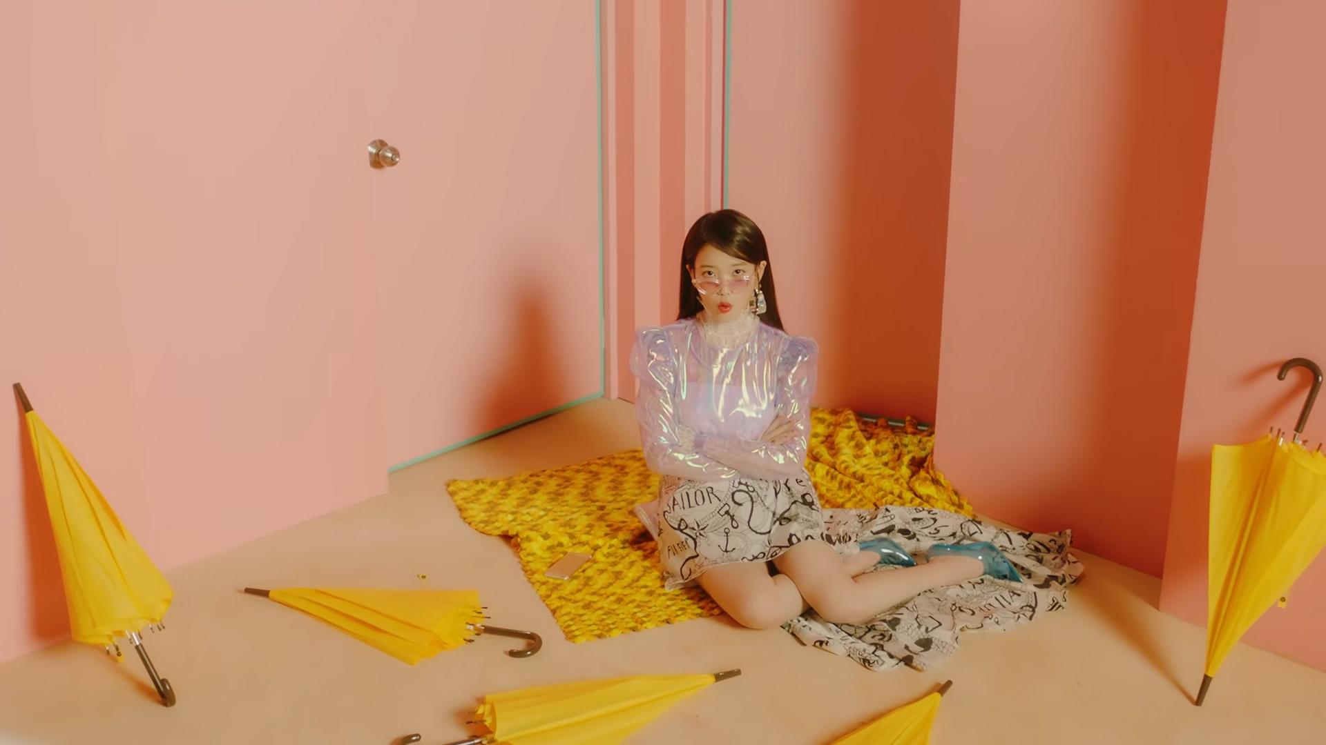 ca sĩ IU mặc đồ nhựa trong suốt trong MV BBIBBI