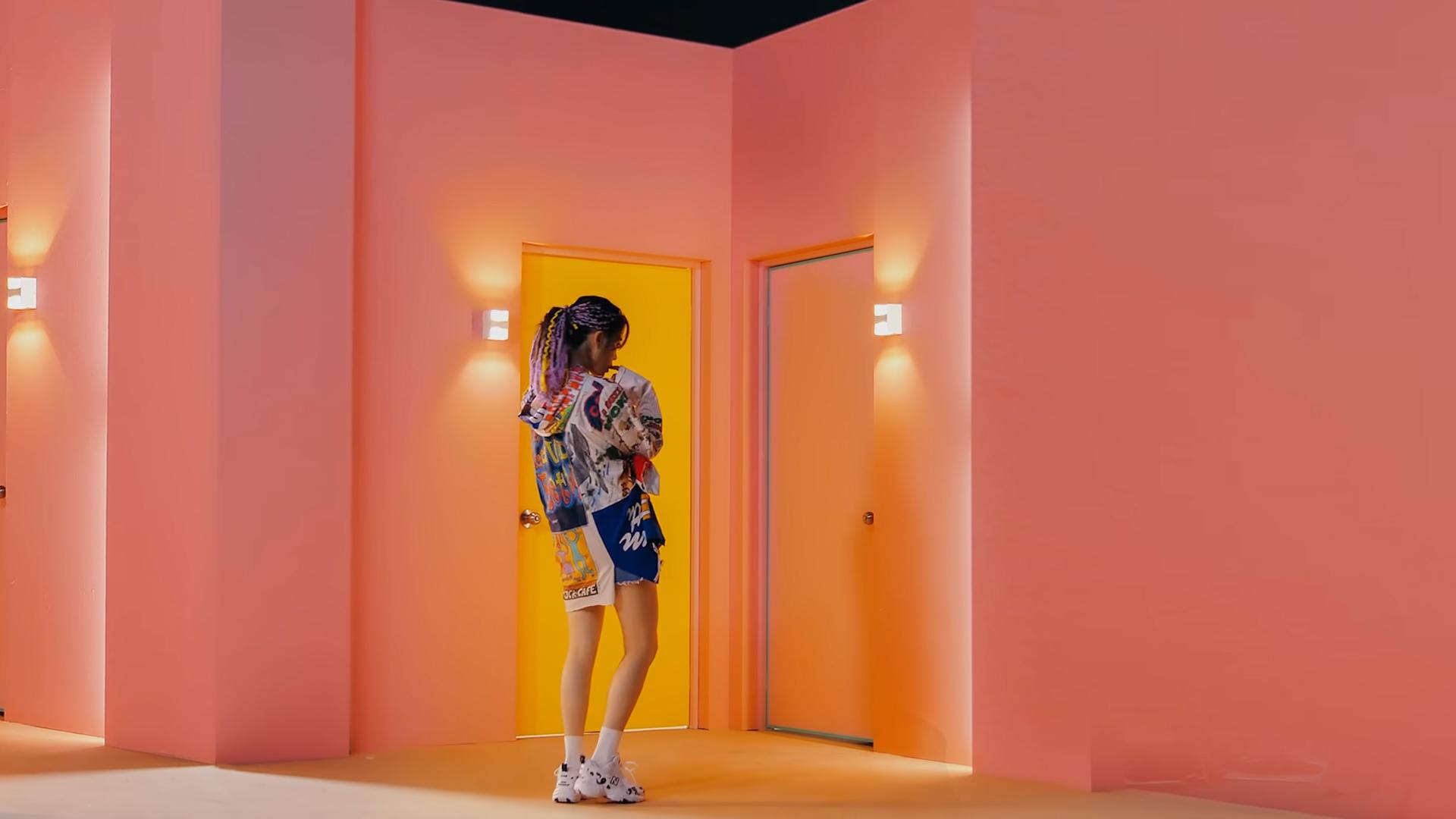ca sĩ IU mặc áo hoodie hoạt hình trong MV BBIBBI
