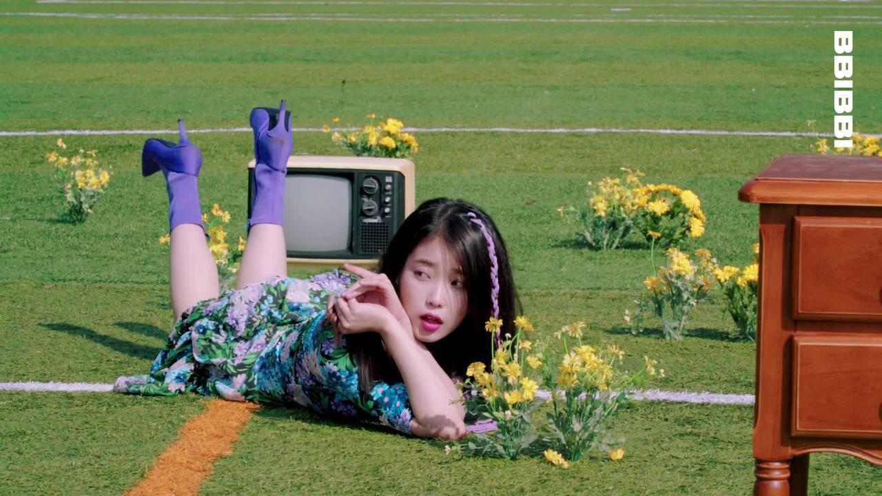 ca sĩ IU mặc đầm hoa, mang bốt tím trong MV BBIBBI