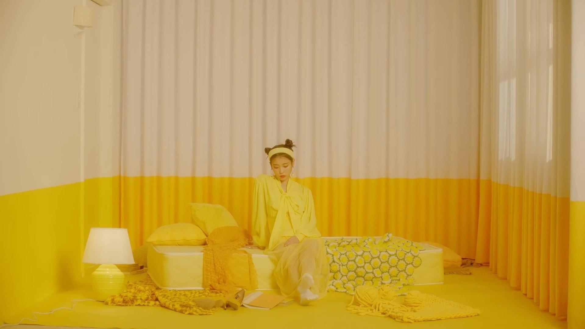 ca sĩ IU mặc đầm vàng trong MV BBIBBI