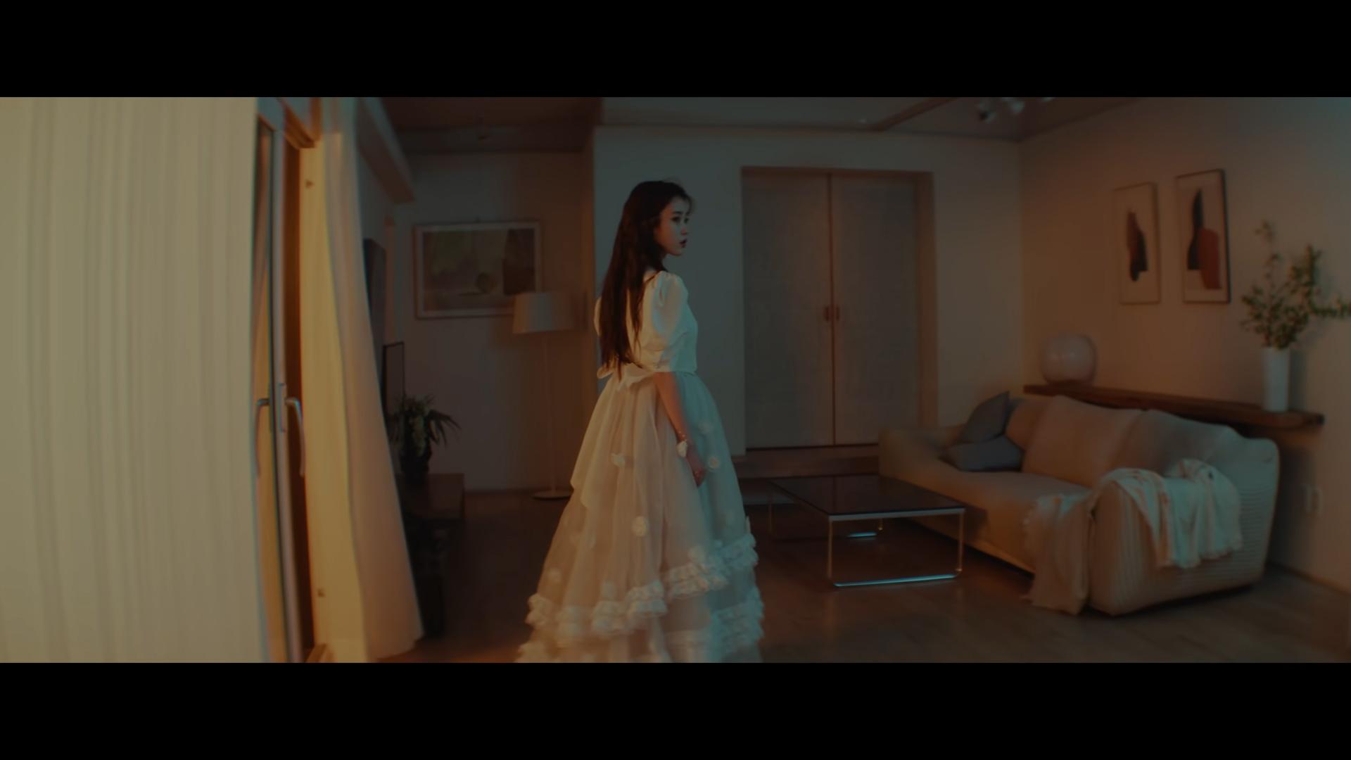 ca sĩ IU mặc đầm voan dài xếp tầng trong mv eight