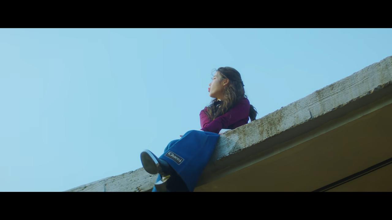 ca sĩ IU mặc đồ Gucci trong MV EIGHT