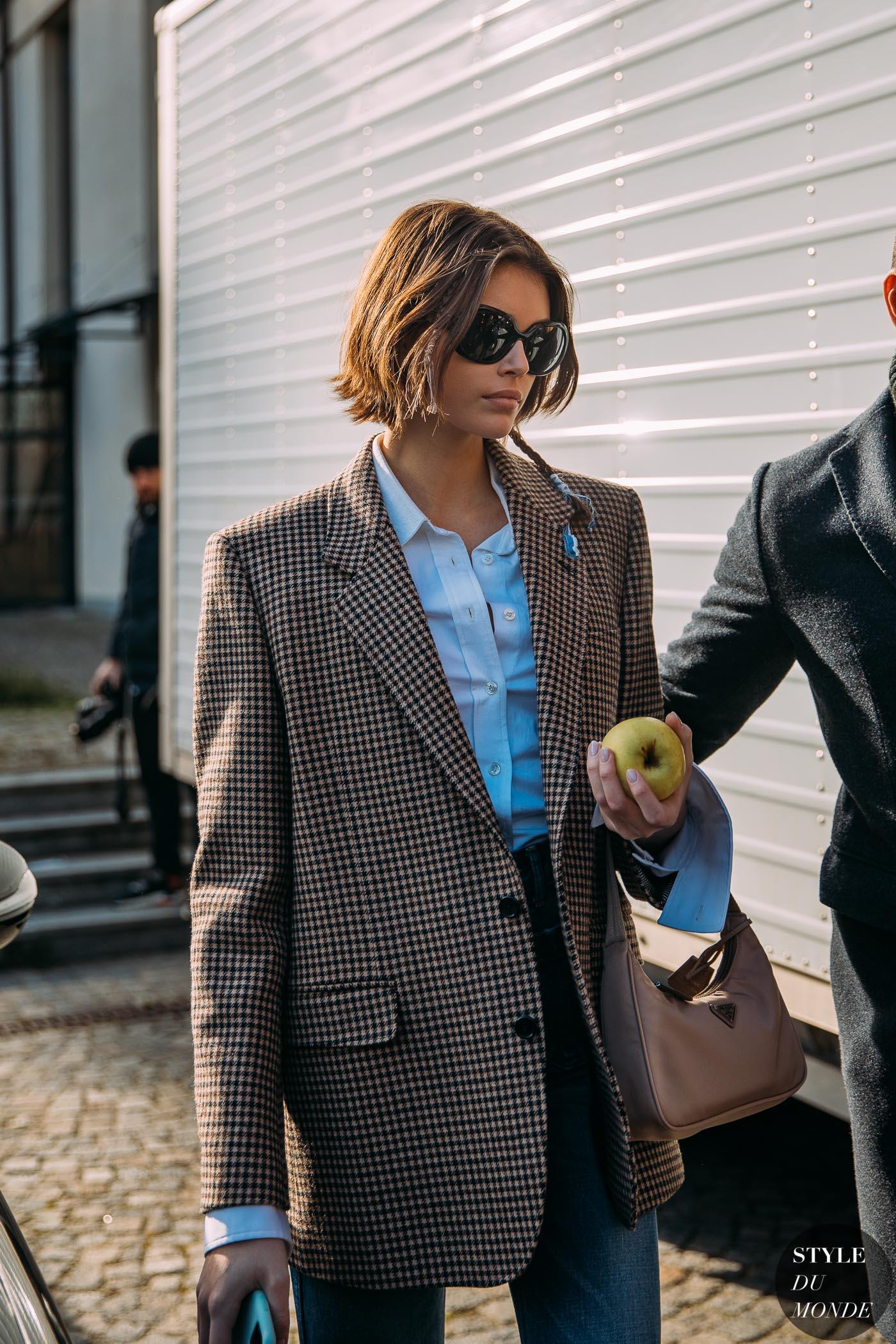 Kaia Gerber mang phụ kiện retro túi xách prada mắt kính